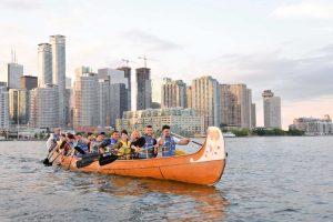 En canoa trabajando en Canada